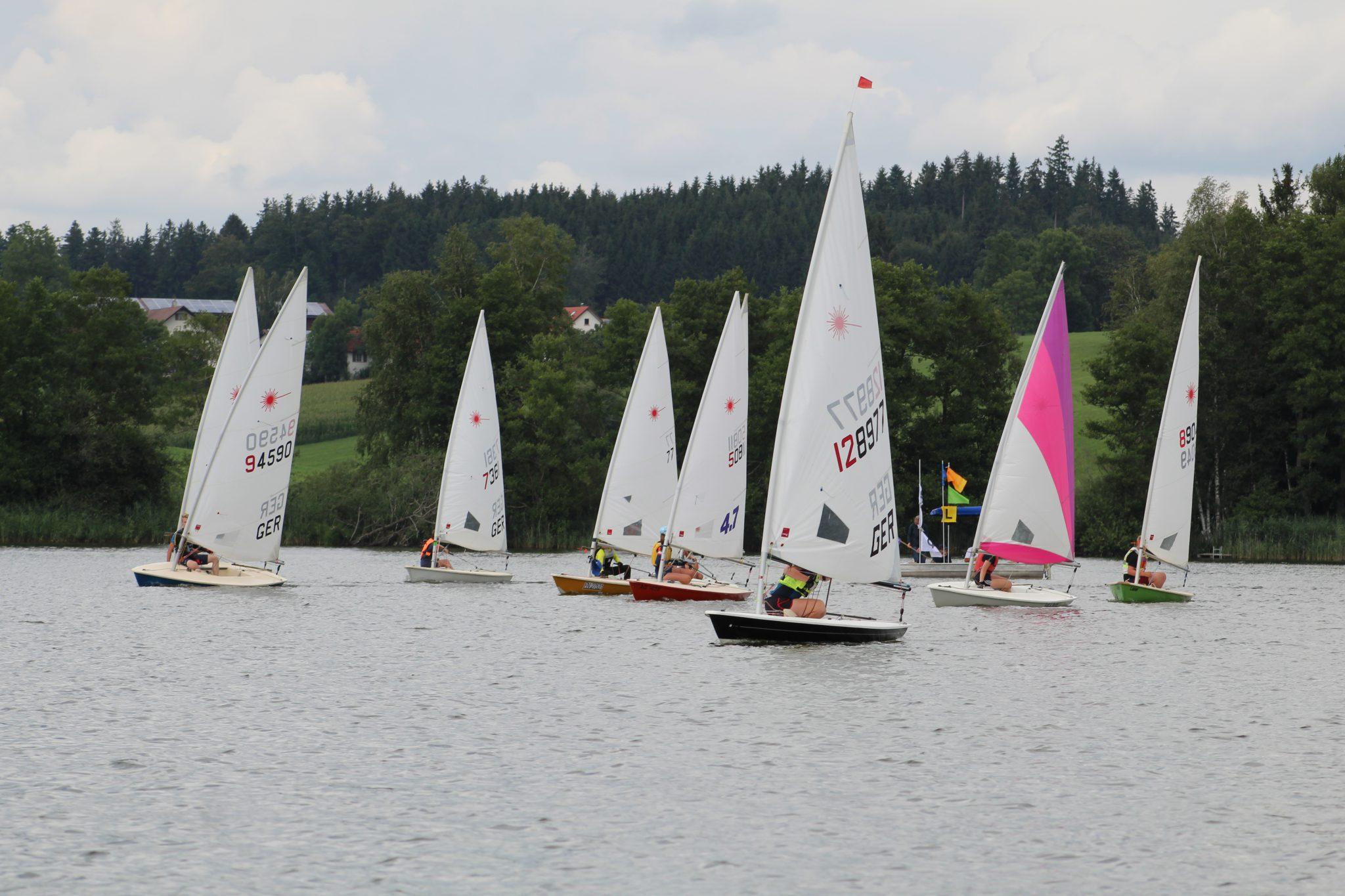 Junge Segler auf dem Ellerazhofer Weiher – Marine Verein Wangen veranstaltet Segelkurswoche